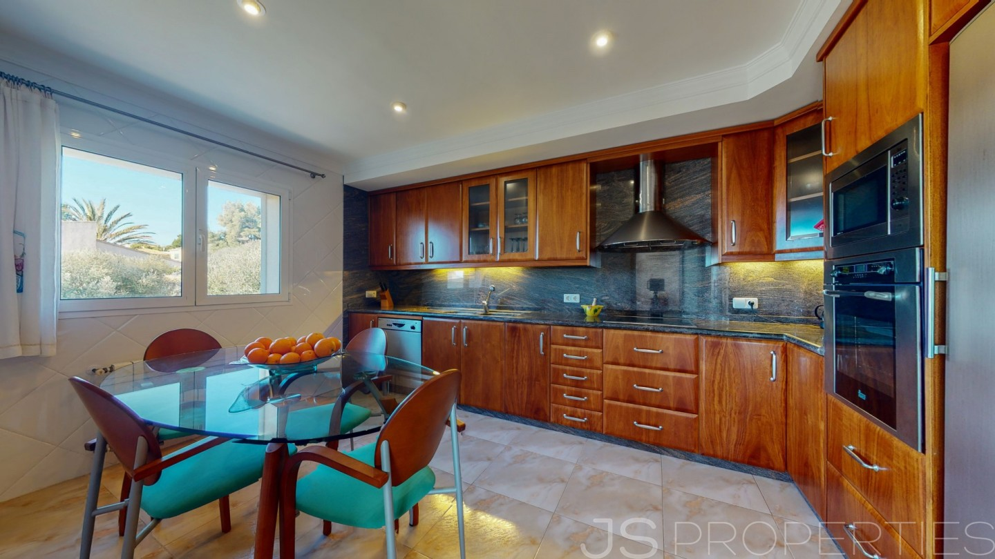 SPECTACULAR TOWNHOUSE WITH UNOBSTRUCTED SEA VIEWS